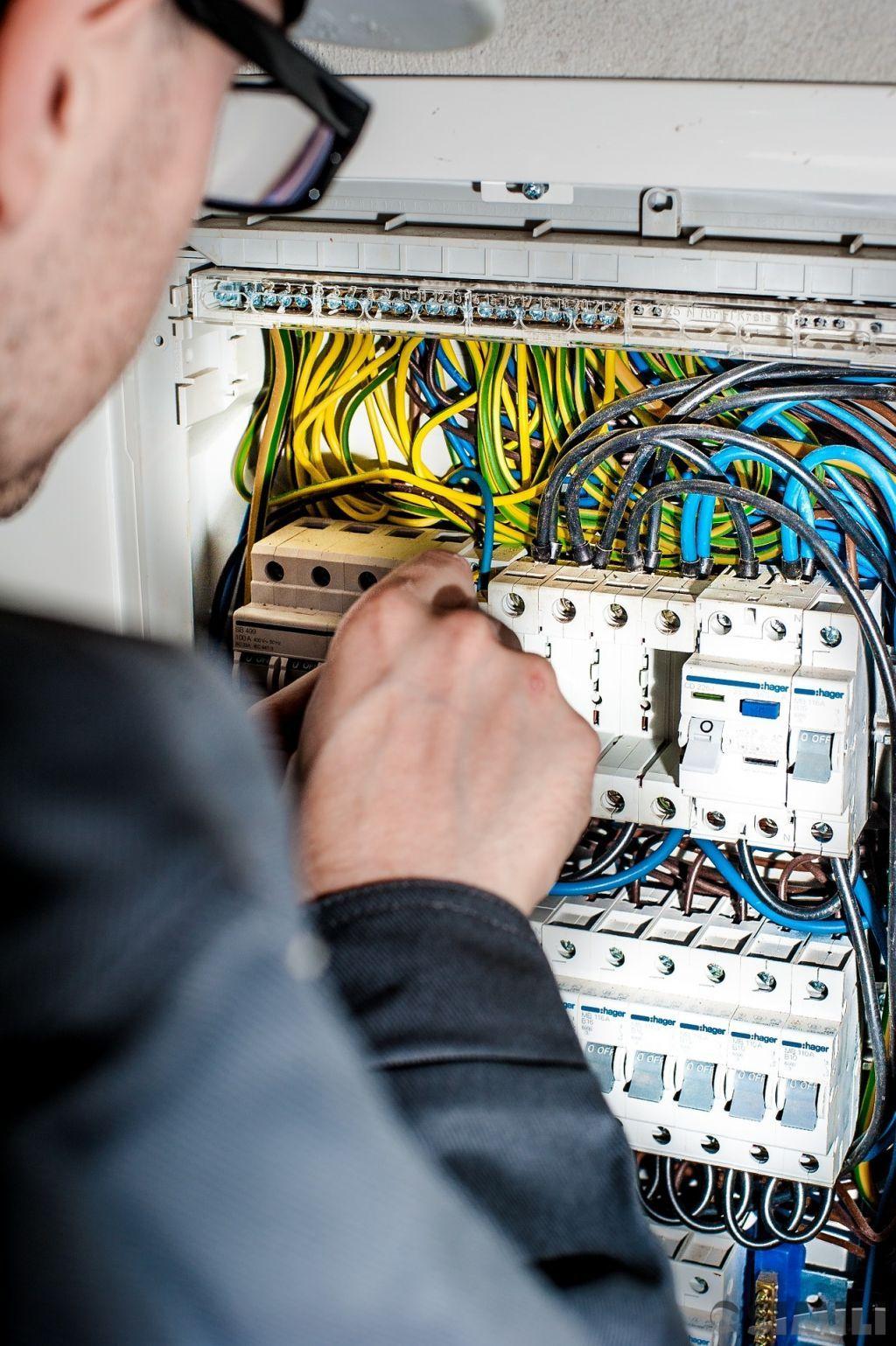 Услуги домашнего электрика для квартиры и офиса